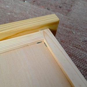 底板はタッカー補強で堅牢な作り