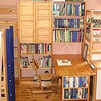 自作デザインできる組み立て家具「イキクッカ」で作った本棚付きデスク例10